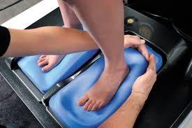 Moulage de pieds pour des semelles orthopédiques